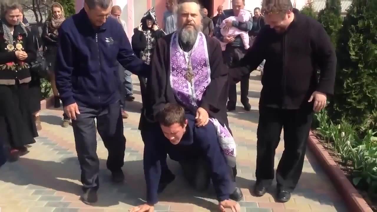 Экзорцизм 21 века. Грузный священник в Приднестровье прокатился верхом на «одержимом бесами» +ВИДЕО